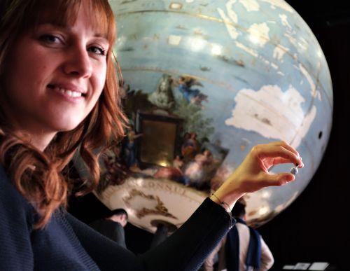 Isabelle Villa à la BNF avec son globe de Coronelli